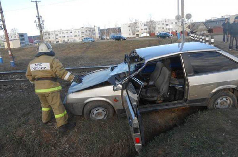 В результате столкновения легкового автомобиля ВАЗ 2109 с товарным поездом № 2601 на переезде в Менделеевском МР, 197 км. Куйбышевской железной дороги, произошел сход 12-ти вагонов. Всего в товарном поезде 25 цистерн.