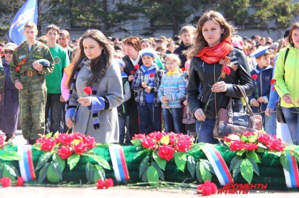 Затем к огню возложили цветы в память о всех погибших на фронтах.