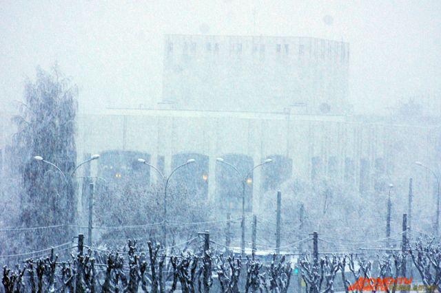 С последствиями снегопада на Урале борются 212 уборочных машин