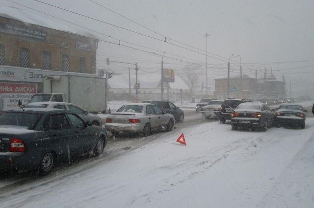 Из-за снега в Челябинске транспорт работает с перебоями, рейсы задерживают