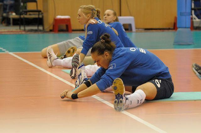 Волейболистки готовятся к полуфинальному матчу.