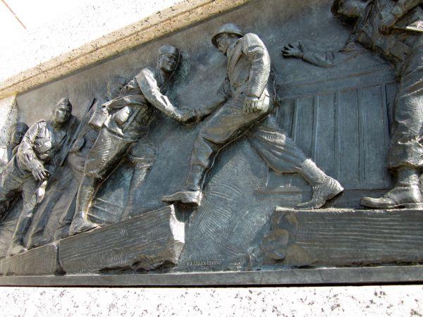 Советские солдаты вспоминают, что это были замечательные дни радости, «когда  янки встретились с нами».  «У нас у всех было ощущение того, что мир един», - говорит Билл Робертсон.