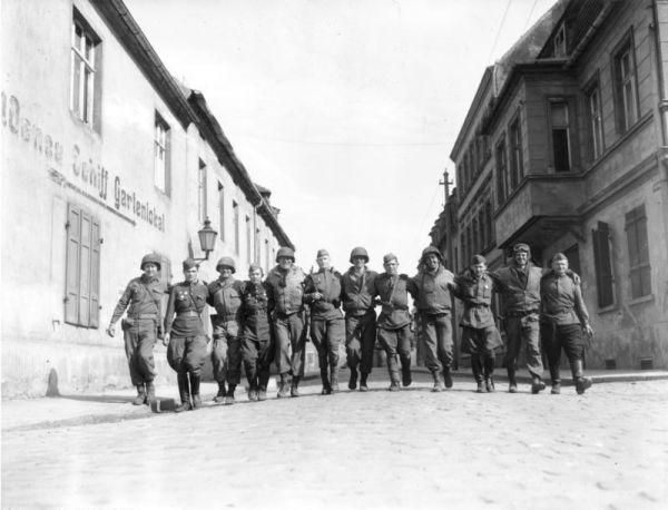 Восток встретился с Западом, Красная и американские армии шли с противоположных концов мира друг к другу, и момент их соединения – это очень важный момент в истории Второй мировой войны. Эта встреча войск на Эльбе разрезала фашистскую Германию, территория Третьего рейха, была разделена на две части.