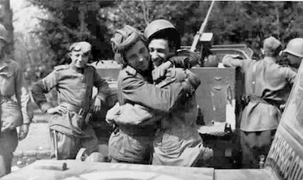 Другой американский солдат, Джо Половски, вспоминает: «Мы пили за встречу, звучали аккордеон и балалайка, все танцевали. Русские пели американские песни. Русские девушки тоже были среди танцующих. Это было удивительное зрелище».