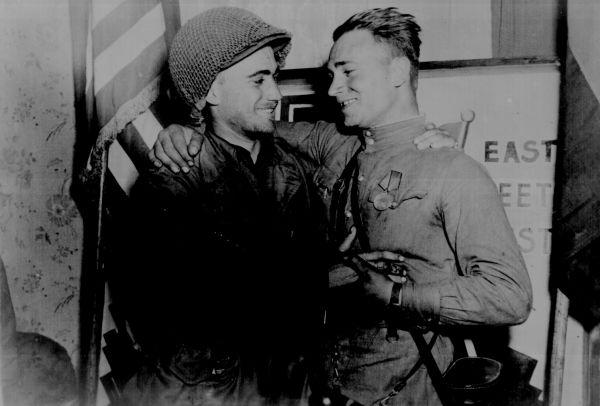 25 апреля 1945 года старший лейтенант Голобородько был первым советским солдатом, встретившим высланный навстречу русским американский патруль. Патрулем командовал лейтенант Бак Котцебу. На фото: 2-й лейтенант У. Робертсон и лейтенант А.С. Сильвашко.