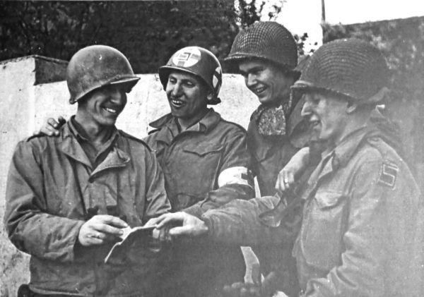 Американский солдат Бен Кэзмир вспоминает, что никогда в жизни еще не целовался со столькими людьми. Это был момент наступления мира, окончания второй мировой войны. Участник встречи на Эльбе, американец Билл Робинсон, вспоминает, как смотрел на советских солдат и думал: «Значит, каждый из нас проживет — это уж точно — еще час, еще день».