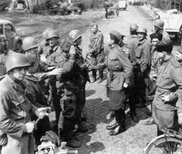 Советские солдаты рассказывали, что хорошо ладят с американцами, что  «это свои ребята, простые и любят выпить».