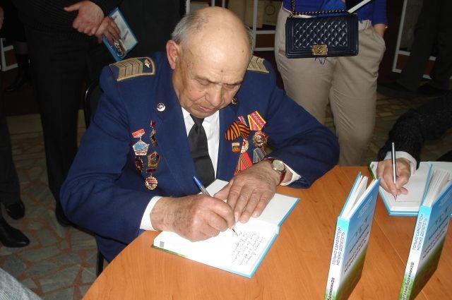 Анатолий Бражников презентовал свою книгу об авиации.
