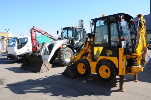 Экскаваторы разных размеров применяются в зависимости от объемов работ.