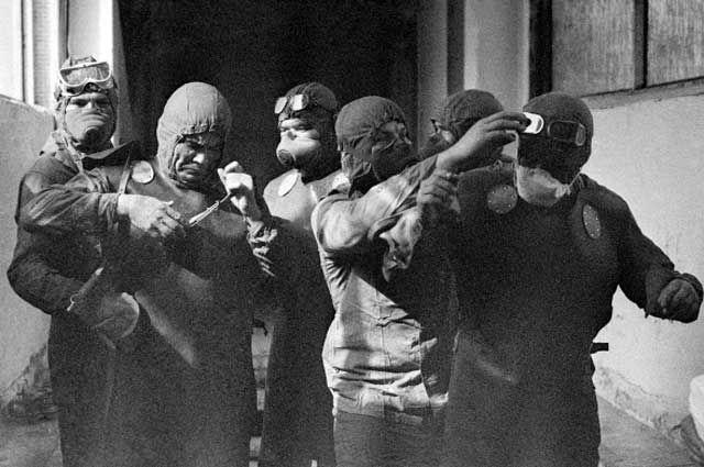 Группа ликвидаторов готовится выйти на крышу реактора Чернобыльской АЭС после катастрофы.