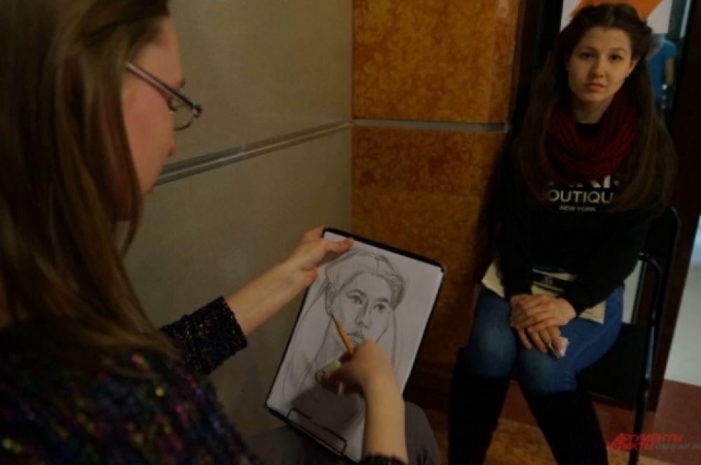 В библиотеках можно приобщиться к другим видам искусства. Так, только в эту ночь молодые художники совершенно бесплатно сделают карандашный набросок портрета любого участника книжной акции.