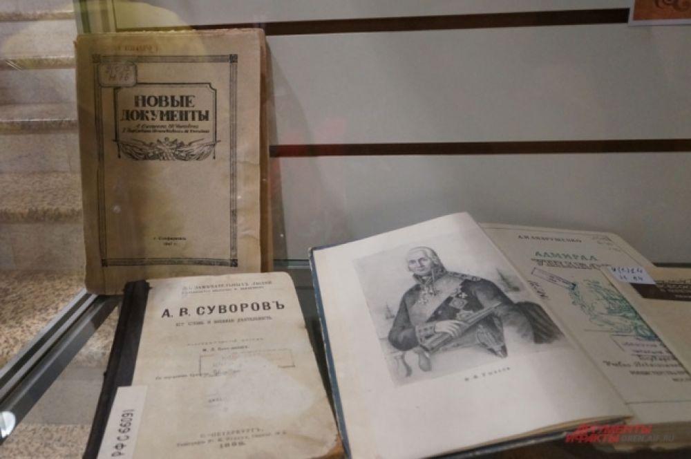 В библиотеках хранятся старинные и редкие книги. В обычные дни их прячут за семью замками, но во время акции любой посетитель может полюбоваться ими.