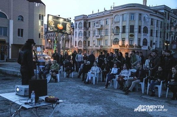 Вторая площадка - под открытым небом. Перед публикой выступает Вилитарий Филатов.