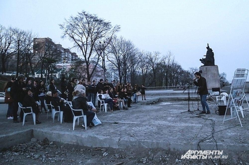 Так же на открытой площадке под Золотым Мостом - 25-ой библиотеке выступил Павел Шугуров.