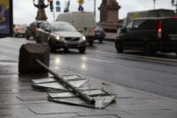 Из-за сильного ветра могут обрушаться городские конструкции.
