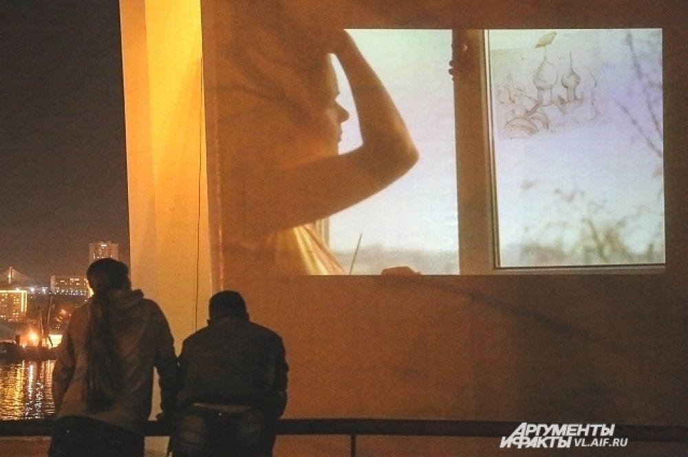 На пилоны Золотого моста транслировались ролики из конкурса видео-поэзии на стихотворения Мальденштама.