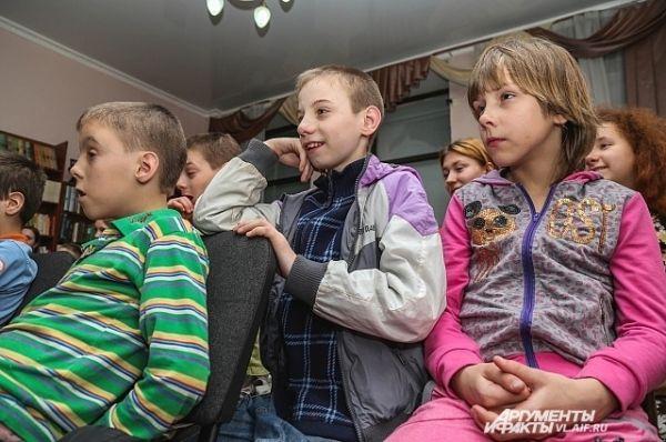 Маленькие зрители с интересом следили за сюжетом пьесы.