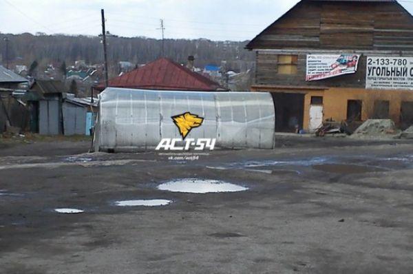 Сильный ветер сорвал с места теплицу в Дзержинском районе, сообщают подписчики сообщества Служба эвакуации АСТ-54 в соцсети.