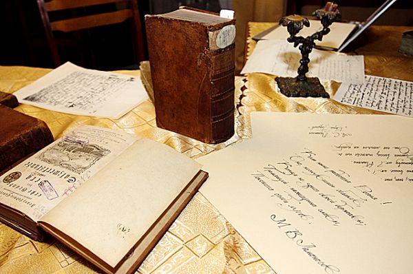 Читателям показали ценные издания из фонда библиотеки.