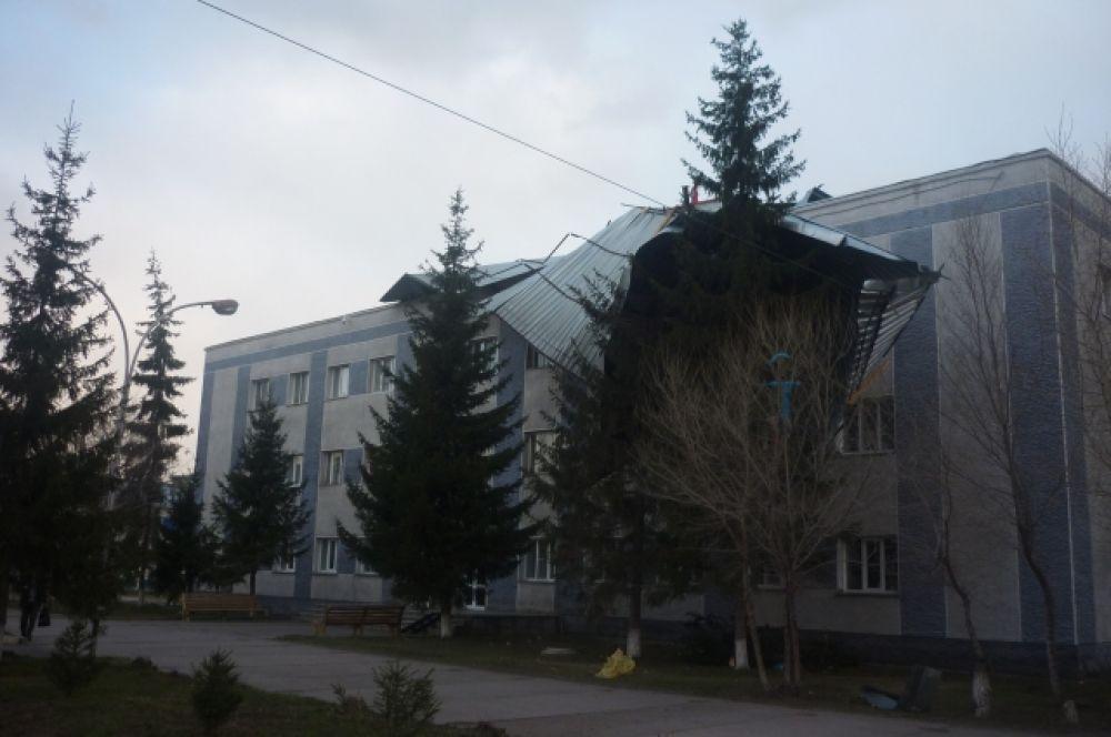 С крыши администрации Кочковского района ветер сорвал часть кровли.