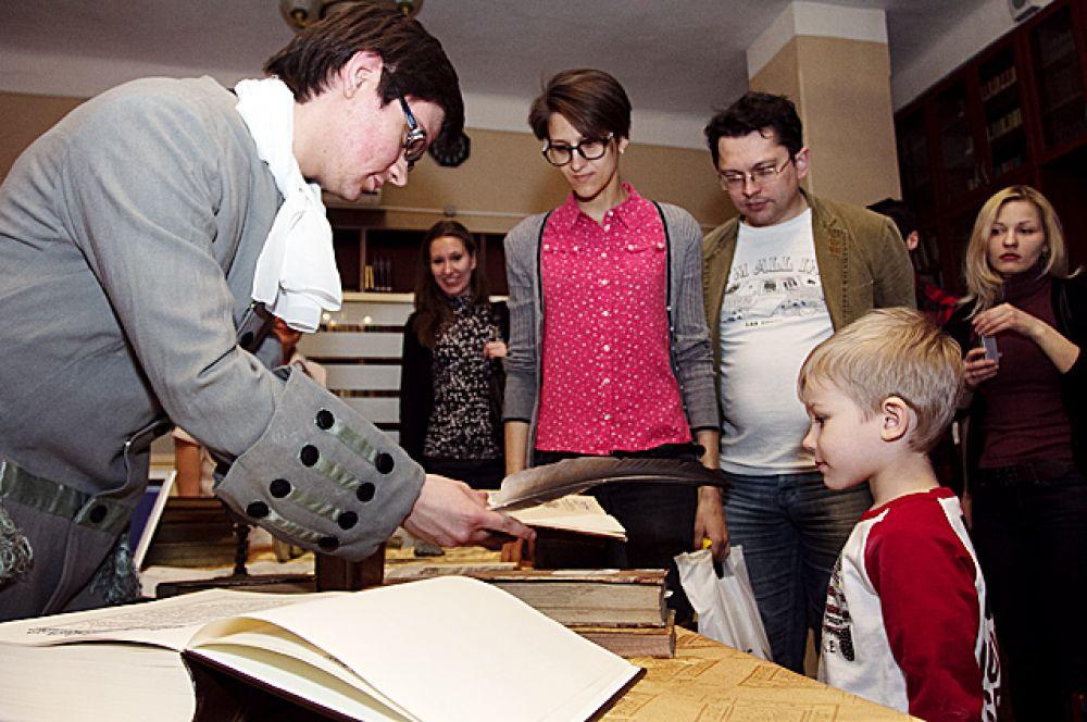 Работники библиотеки продемонстрировали прижизненное издание Ломоносова.