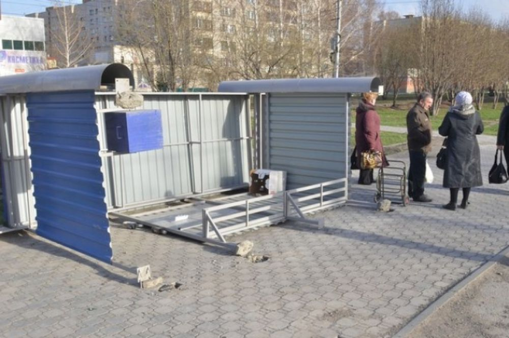 Ветер свалил остановочный павильон на Затулинском жилмассиве.
