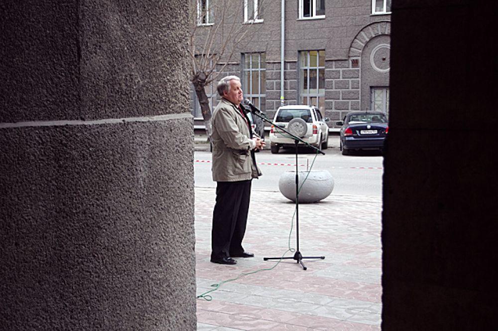 Поэтический портал перед библиотекой.