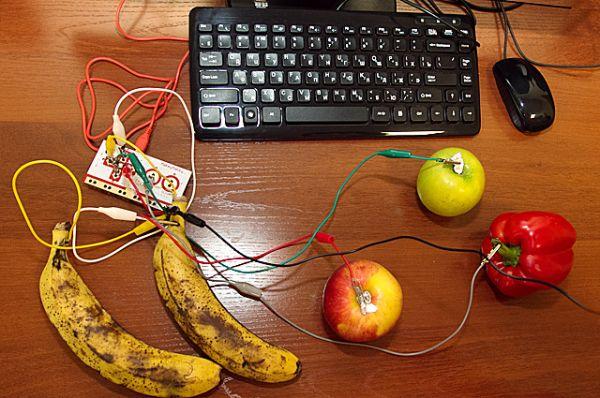Читателей научили играть на бананах и яблоках!