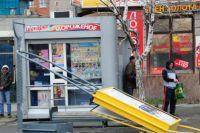 Из-за сильного ветра падали рекламные щиты.