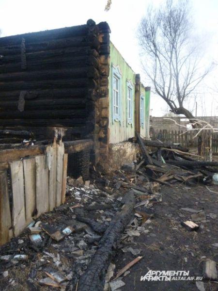 От огня пострадал соседний дом, хозяев успели спасти.