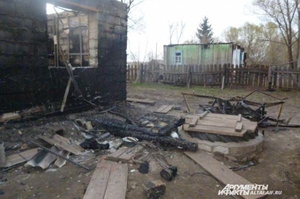 Во время пожара обвалилась крыша здания.