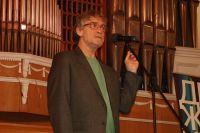 Валерий Гаркалин, появившись на сцене, читал стихи.