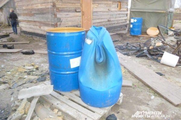 Пластиковые бочки расплавились из-за высокой температуры.