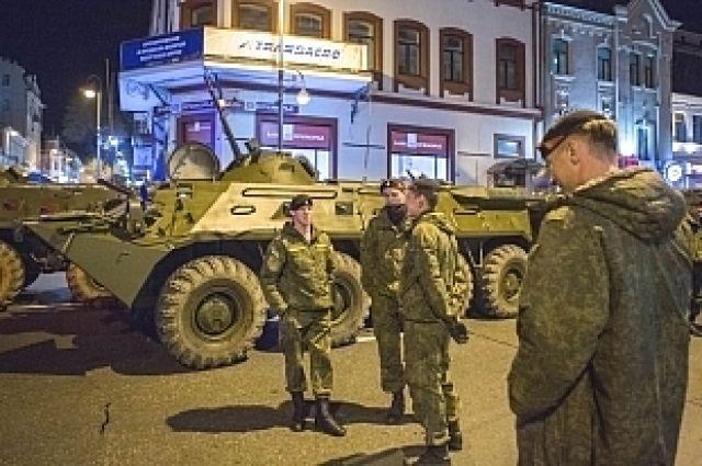 Военные перекрывают центральную улицу Владивостока.