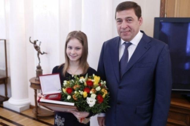 Губернатор Куйвашев вручил Липницкой знак отличия и денежный сертификат