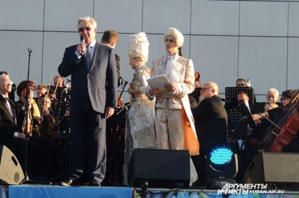 С открытием сезона фонтанов горожан поздравляет мэр Краснодара Владимир Евланов.
