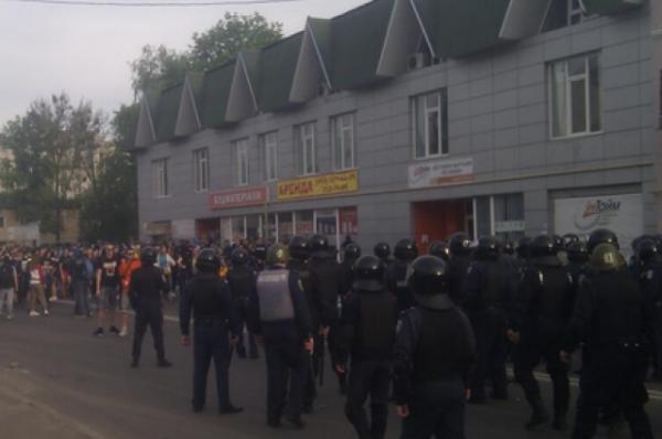 Драка ультрас «Металлиста» и «Днепра» с сепаратистами в Харькове