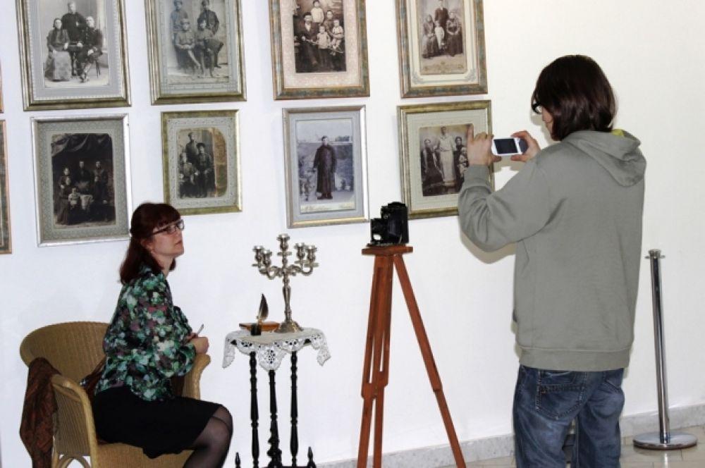 Для любителей культуры XIX века было организовано «Путешествие в Золотой век». Гости могли сфотографироваться на фоне эпохи в антураже Золотого века.