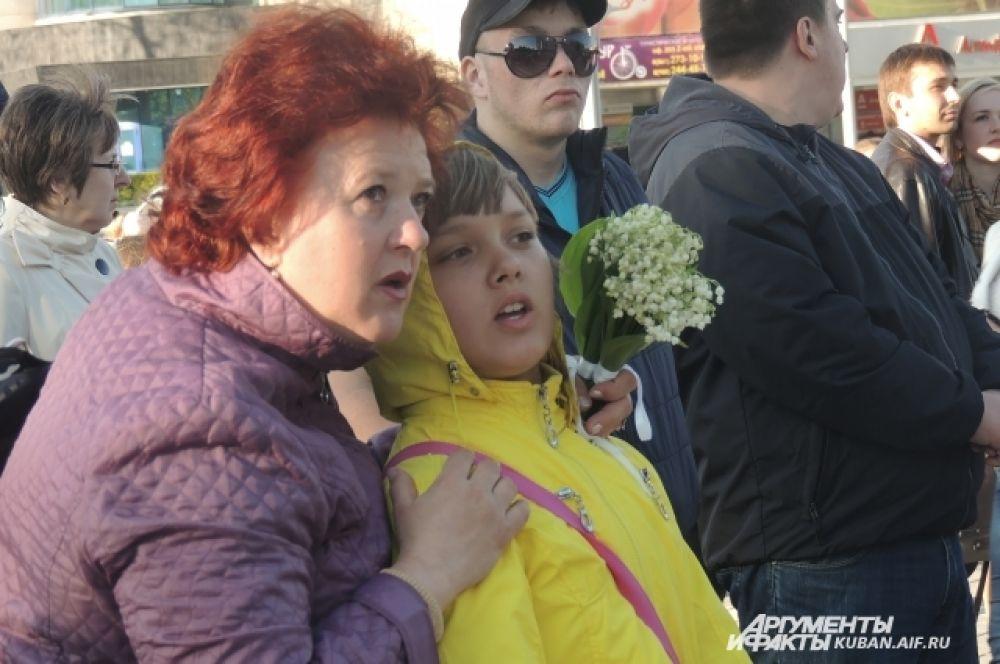 Горожане с удовольствием собрались на концерт на Театральной площади.