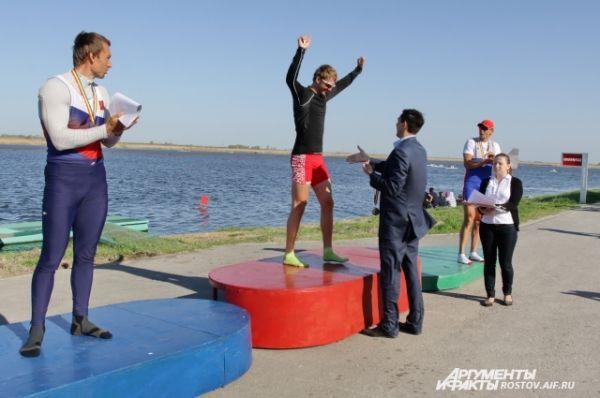 Олимпийский чемпион Николай Спинев награждает победителей в заезде мужчин–одиночников.
