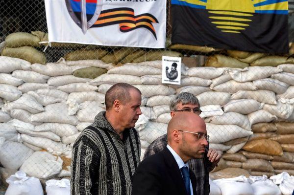 Для урегулирования ситуации в Славянск отправилась группа переговорщиков от ОБСЕ – их задачей было договориться об освобождении захваченных повстанцами несколько дней назад дипломатами этой организации.