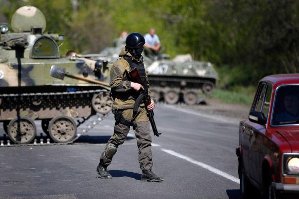 В ночь на воскресенье народные ополченцы в Донецкой области захватили троих офицеров украинского спецназа Службы безопасности. По словам протестующих, задержанные проводили разведку на подконтрольных сторонниками федерализации территориях.