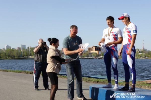 Награждение серебряных призёров среди мужчин в двойке распашной без рулевого Андриенко Даниила и Дрожачих Ростислава.