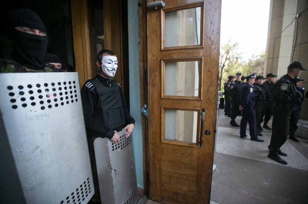 Провести референдум требуют также донецкие протестующие. Они захватили здание областной государственной телерадиокомпании и покинули его лишь после возобновления ретрансляции российского новостного канала.