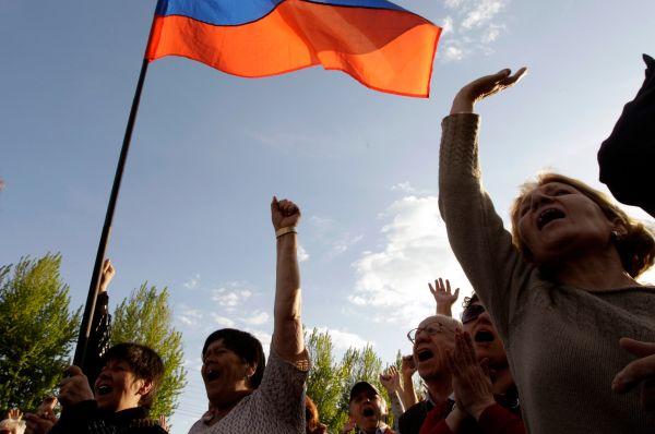 В Луганске протестующие выдвинули киевским властям ультиматум – они потребовали амнистировать всех участников протестного движения на востоке Украины, признать русский язык государственным и провести референдум.