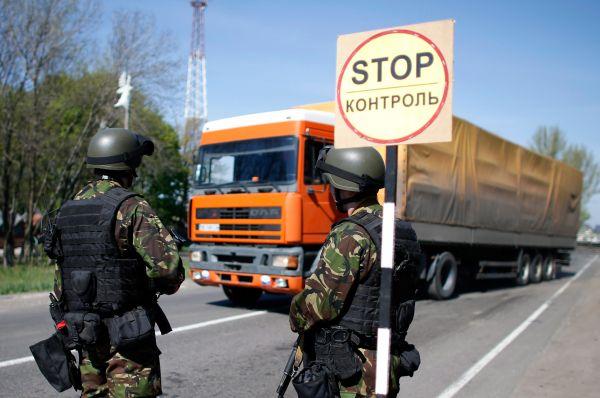 Протестующие заявили, что готовы обменять заложников на задержанных киевскими властями активистов. Однако одного из одиннадцати дипломатов ОБСЕ протестующие отпустили и без этого – больного сахарным диабетом шведского офицера.