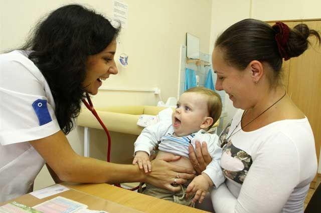 Дети проходят медицинское обследование.