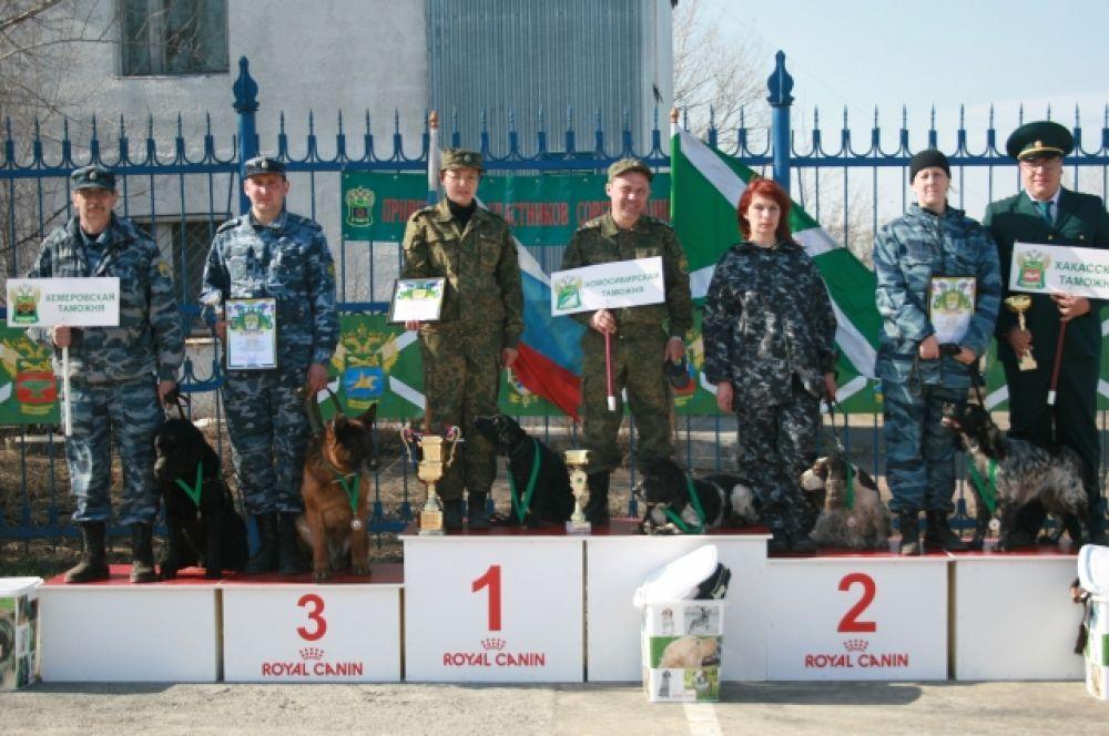 В командном зачете победили представители Новосибирской таможни Татьяна Пономарева (английский кокер-спаниель Тутти) и Алексей Зайцев (русский спаниель по кличке Мухтар).