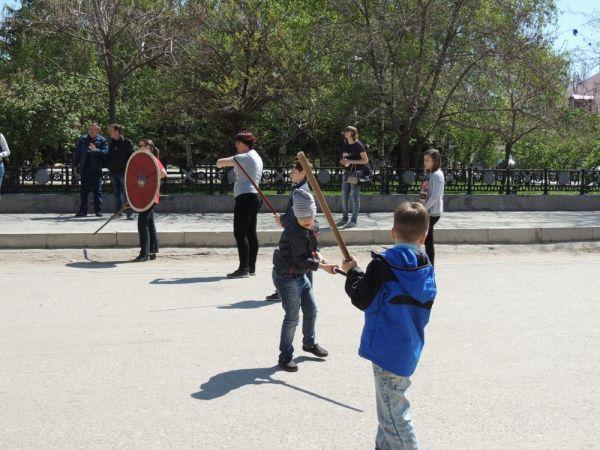 Свои силы в фехтовании попробовали и малыши.