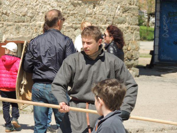 В качестве оружия годилось все – не только мечи, но и палки, и длинные шесты.